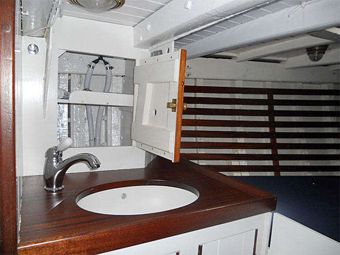 Forward cabin and sink (figure 4)