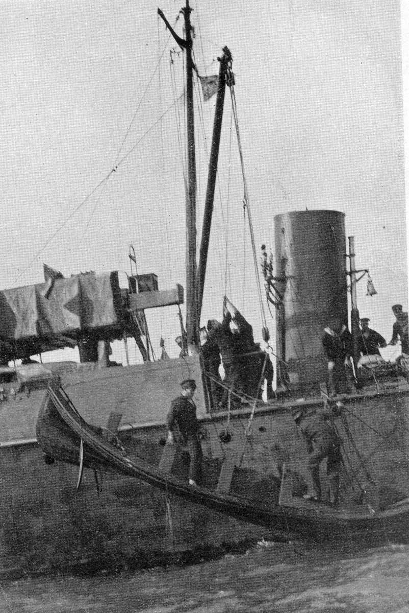 Berthon Collapsible Lifeboat launching off the sife of ship
